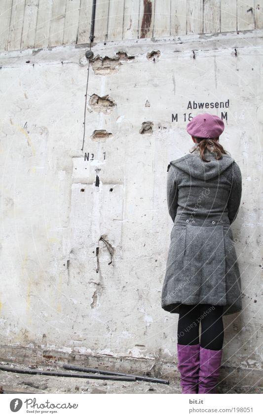 Abwesend [LUsertreffen 04|10] alt Jugendliche feminin Wand Holz Mauer Rücken Beton Schriftzeichen stehen verfallen violett historisch Mütze drehen Rückansicht