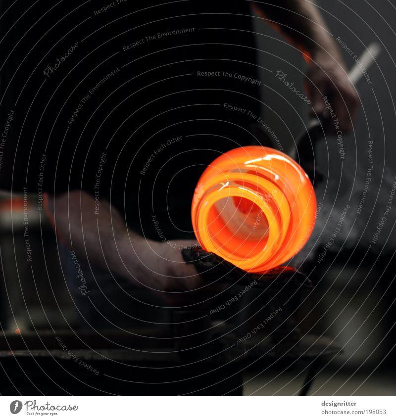 Sand, Soda … Mann Hand schön Erwachsene dunkel Wärme Kunst orange Glas gefährlich rund heiß Flüssigkeit Handwerk Skulptur Künstler