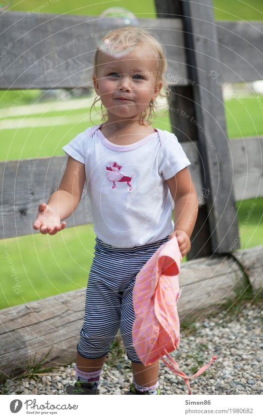 Seifenblase Mensch Kind Mädchen Kindheit 1 1-3 Jahre Kleinkind Gefühle Stimmung Freude Lächeln Glück Zaun Blase blond Farbfoto Außenaufnahme Nahaufnahme