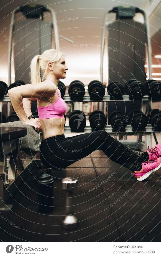 Fitness_48_1980689 Lifestyle Sport Sport-Training feminin Junge Frau Jugendliche Erwachsene Mensch 18-30 Jahre Bewegung Dips Bank Sportbank Hantelbank