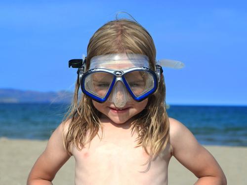 Kind mit Taucherbrille am Strand Ferien & Urlaub & Reisen Sommer Sommerurlaub Sonne Meer Wassersport tauchen Mensch Kopf 1 3-8 Jahre Kindheit Brille