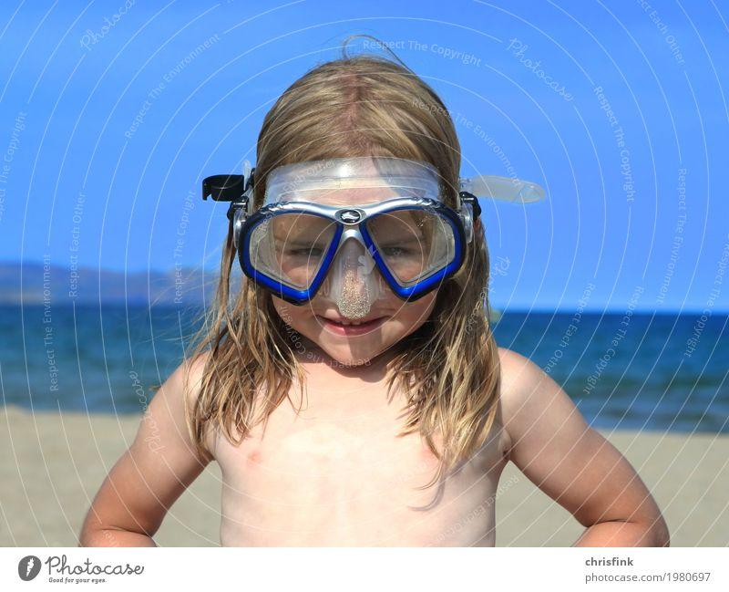 Kind mit Taucherbrille am Strand Mensch Ferien & Urlaub & Reisen blau Sommer Wasser Sonne Meer Freude Glück Kopf Schwimmen & Baden Kindheit Fröhlichkeit Brille