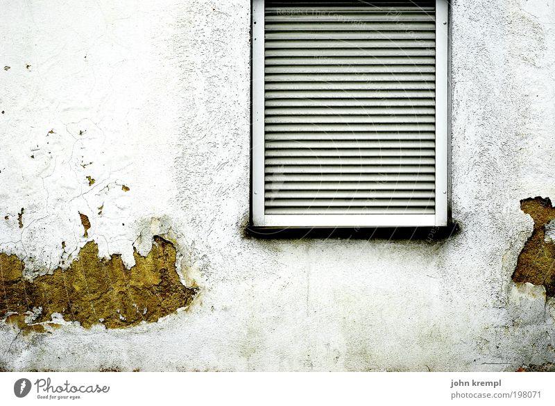 auf den putz hauen Kleinstadt Stadtrand Haus Einfamilienhaus Bauwerk Gebäude Architektur Mauer Wand Fenster Jalousie Häusliches Leben dreckig dunkel hässlich