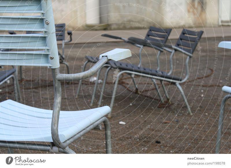 Stühle blau Erholung grau Metall Zufriedenheit Platz ästhetisch stehen Stuhl Asphalt Kunststoff Kette Symmetrie