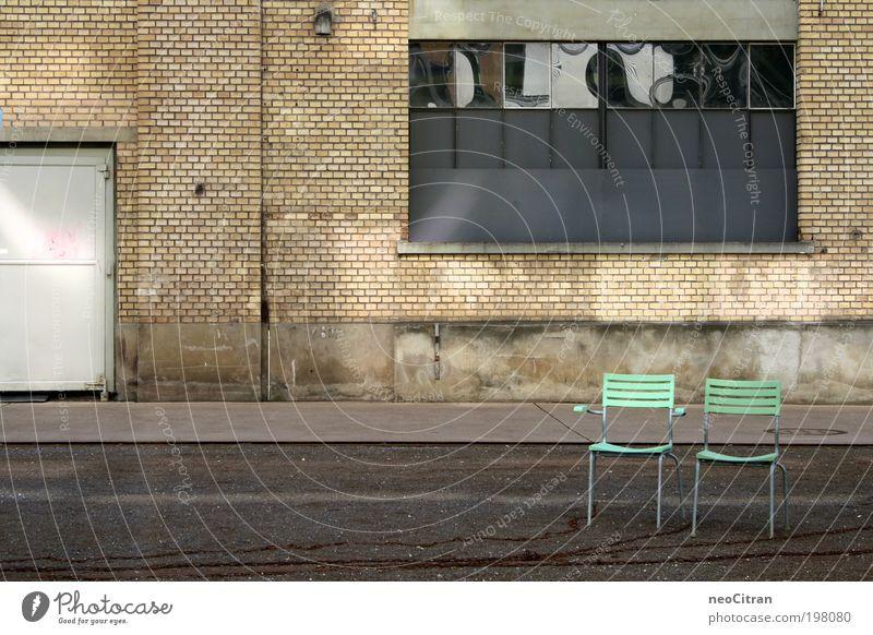 Noch mehr Stühle Stuhl Winterthur Platz Parkhaus Fenster Tür Asphalt Kette Metall Kunststoff stehen grau grün Symmetrie ästhetisch Ordnung Farbfoto