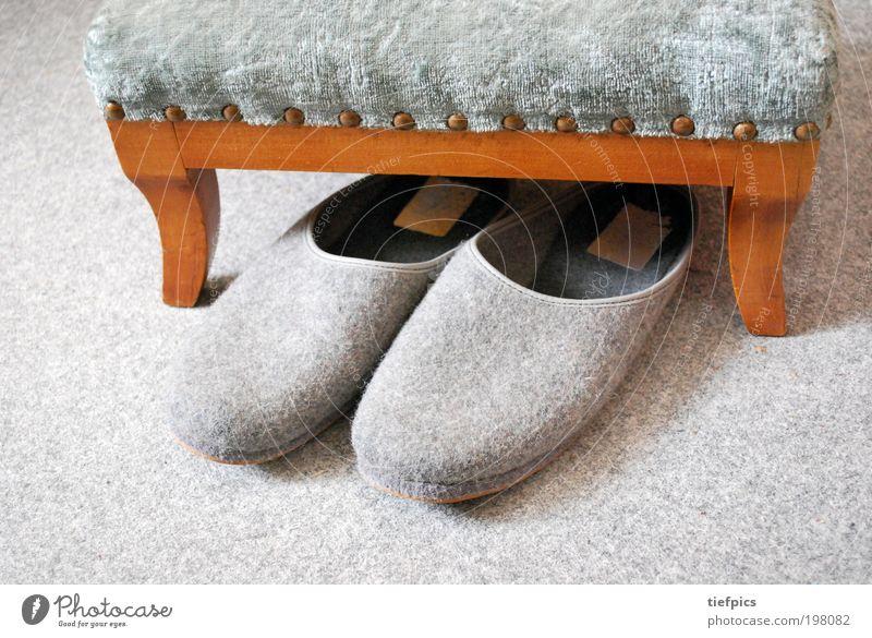 abend. Wohlgefühl Erholung alt kuschlig Einsamkeit Zufriedenheit Ruhestand Altersversorgung Seniorenheim Hausschuhe Filz Hocker Samt filzpantoffel Wohnung