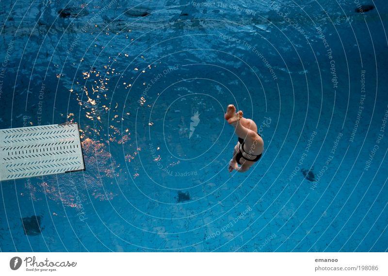 rückwärts Mensch Jugendliche Wasser Freude kalt feminin Sport Bewegung springen Kraft Freizeit & Hobby Schwimmen & Baden ästhetisch Junge Frau Schwimmbad fallen