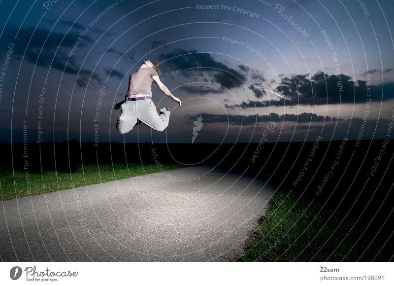 nichts wie weg! Mensch Natur Jugendliche Sommer Wolken Einsamkeit Erwachsene Umwelt dunkel Landschaft Gras springen Zufriedenheit Feld fliegen maskulin