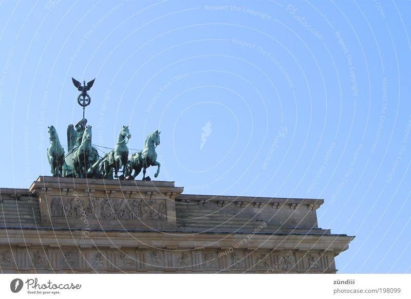 Brandenburger Tor Skulptur Berlin Deutschland Europa Hauptstadt Bauwerk Sehenswürdigkeit Bekanntheit Kultur Berlin-Mitte Unter den Linden Farbfoto Außenaufnahme