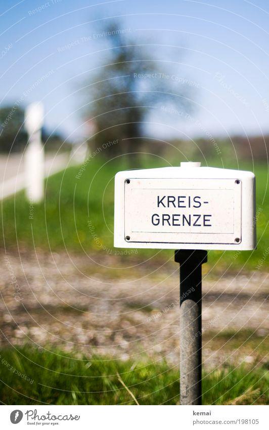 Kreisgrenze Umwelt Natur Sommer Baum Gras Feld Verkehr Verkehrswege Straßenverkehr Verkehrszeichen Verkehrsschild Grenzmarkierung Schilder & Markierungen eckig