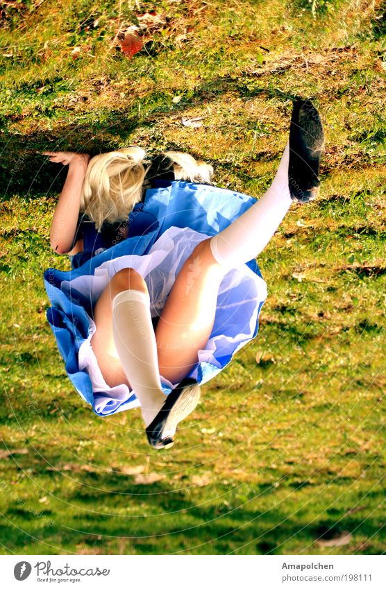 ::10-2:: Mensch Frau Jugendliche Junge Frau 18-30 Jahre Erwachsene feminin Gras Spielen Beine Kraft blond verrückt fantastisch Lebensfreude Kleid
