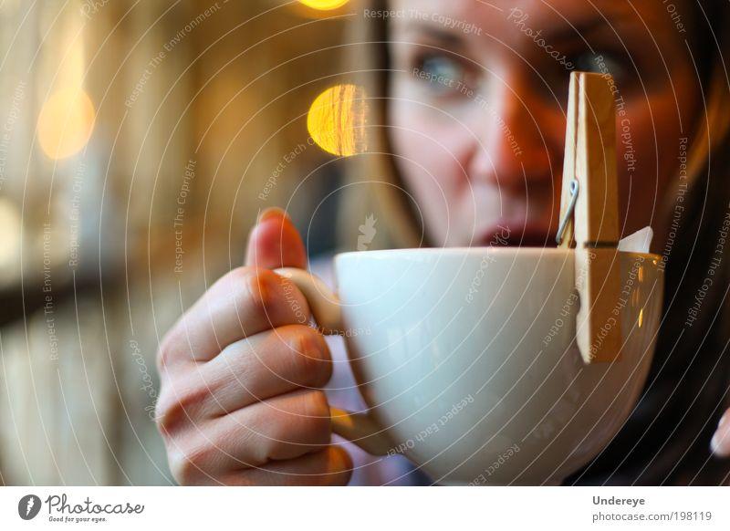 Mensch Jugendliche Fenster Erwachsene Arme Europa trinken Tee Tasse Junge Frau Licht Getränk Wäscheklammern Ukraine Blendeneffekt 18-30 Jahre