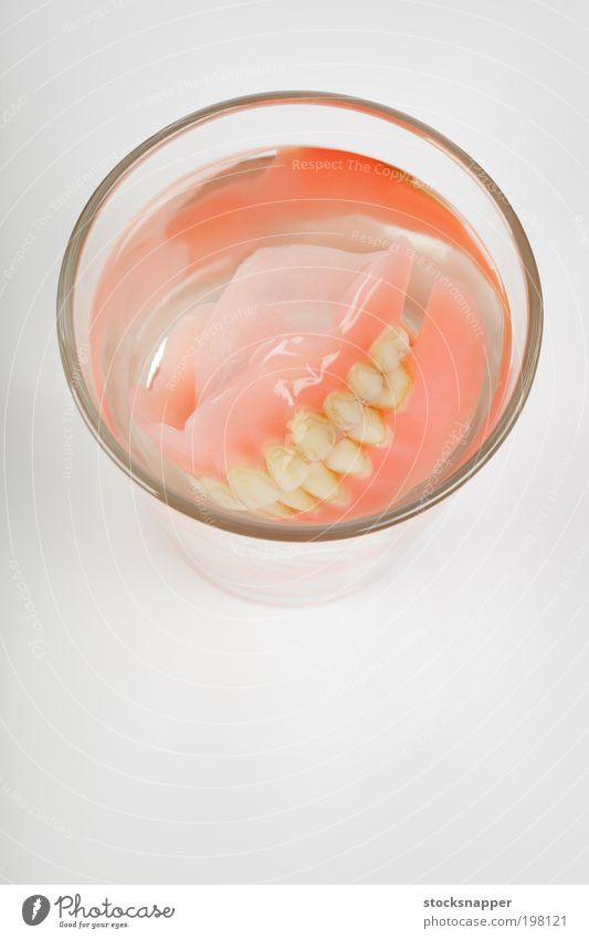Wasser alt Glas dreckig Zähne Ziel falsch künstlich Mensch Mund Zielvorstellung Objektfotografie
