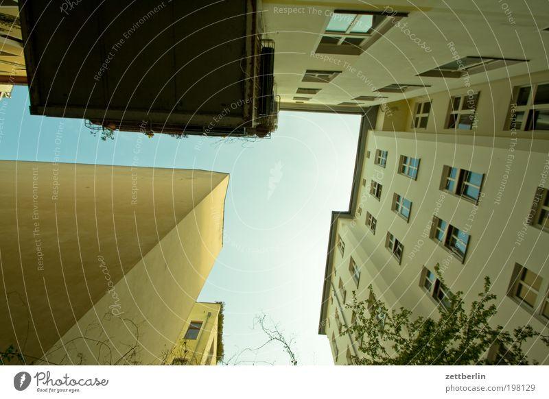 Da habich mal gewohnt. Himmel Haus Wand Berlin Fenster Mauer Fassade Schönes Wetter Terrasse Hinterhof Hof steil Stadthaus April Innenhof Wolkenloser Himmel