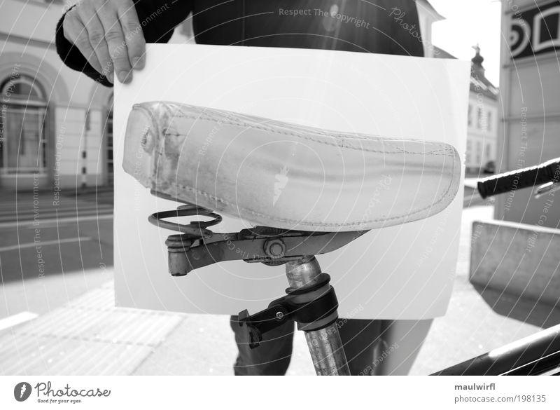 stadtmöblierung Mensch alt weiß Sonne schwarz ruhig Erholung Leben grau Stimmung Fahrrad sitzen frei Papier stehen retro