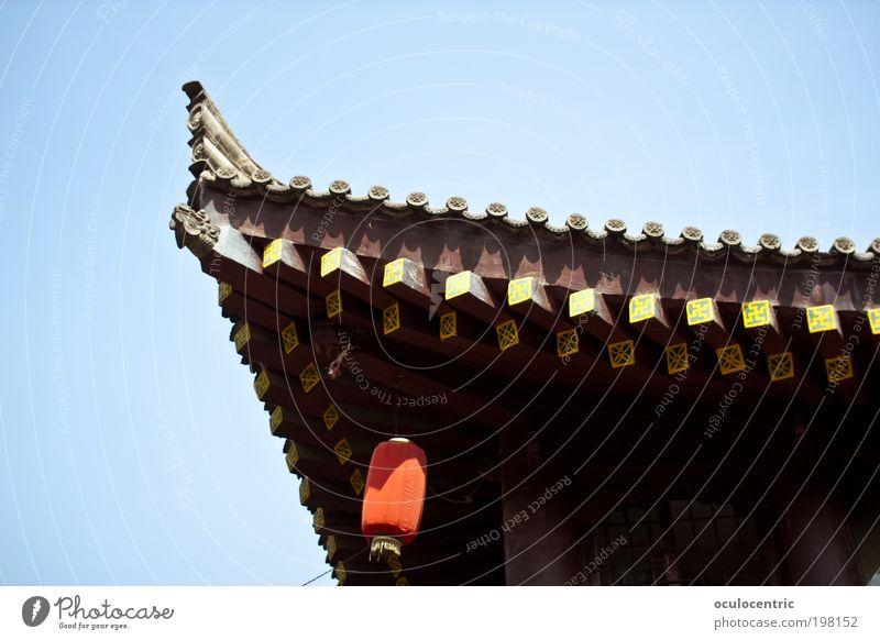 regenrinnenfrei alt Himmel Sonne blau rot Holz braun Architektur elegant ästhetisch Dach Asien Kultur China Laterne