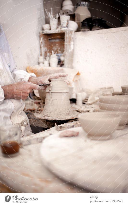 Handarbeit in Marokko Arbeit & Erwerbstätigkeit Beruf Handwerker Arbeitsplatz Werkzeug weiß Tradition Keramik Töpfern Farbfoto Gedeckte Farben Innenaufnahme