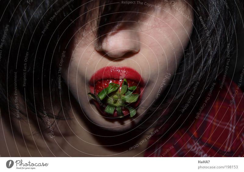 Erdbeermund Mensch Jugendliche schön Freude Erwachsene Gesicht feminin Leben Spielen Kopf Haare & Frisuren Lebensmittel Essen Mund Frucht