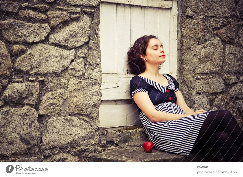 pause Mensch feminin Junge Frau Jugendliche Erwachsene 1 Umwelt Erholung ruhig Pause Apfel rot Frucht Kleid Mauer Tür Garten Landleben altmodisch gestreift
