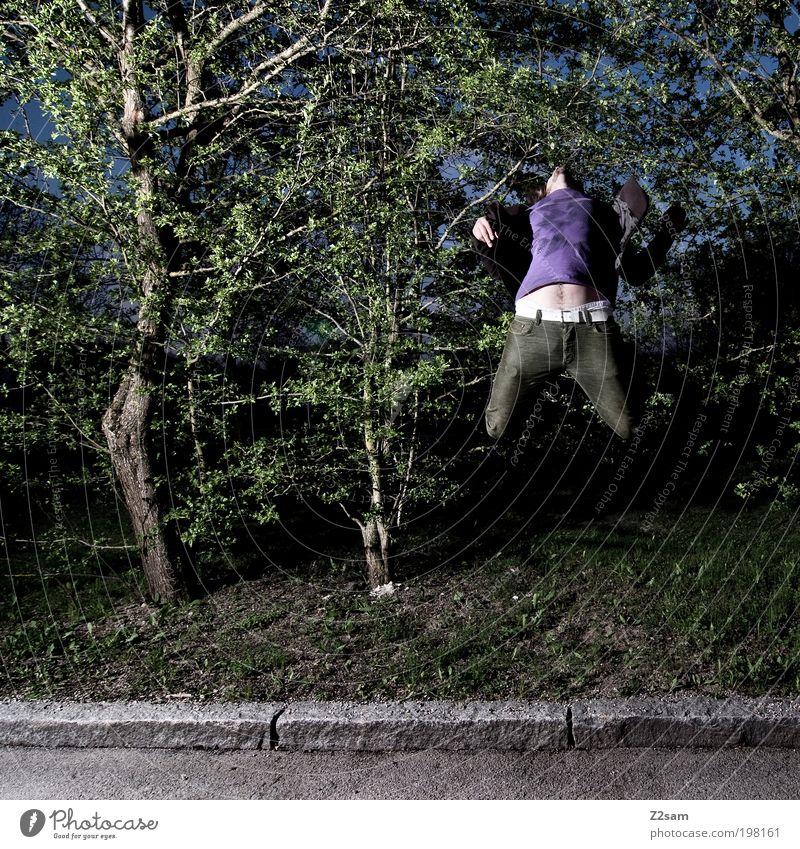 tarnung Stil Mensch Junger Mann Jugendliche 18-30 Jahre Erwachsene Umwelt Natur Gras Sträucher Straße fallen fliegen springen ästhetisch dunkel gruselig