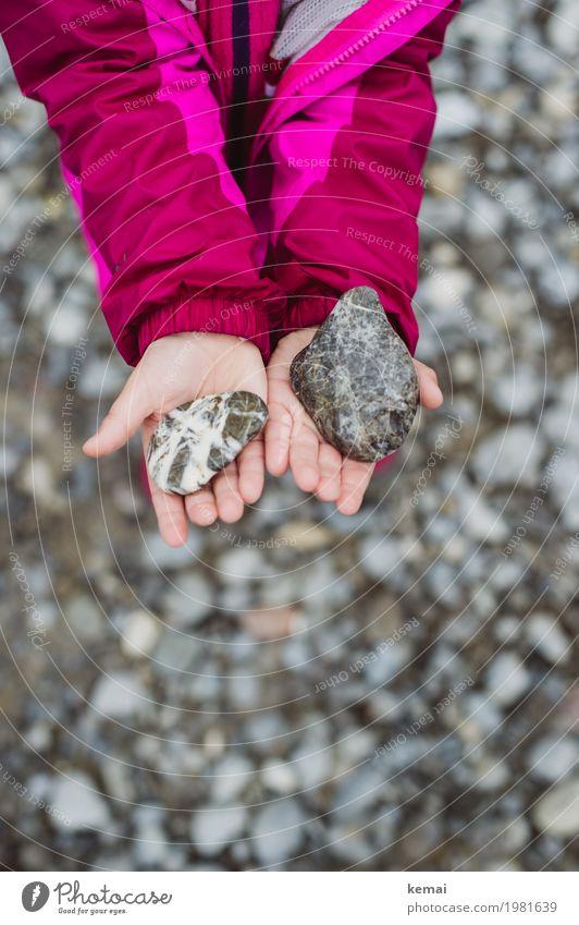 Mädchensteine Wellness Leben Sinnesorgane ruhig Freizeit & Hobby Spielen Mensch Hand Finger Handfläche 1 3-8 Jahre Kind Kindheit Umwelt Natur Jacke Kieselsteine