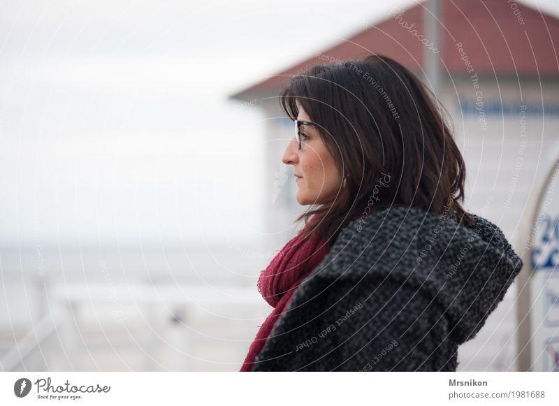 Am Meer Mensch Frau Wolken ruhig Erwachsene kalt Leben Herbst Traurigkeit Frühling Küste feminin grau träumen Zufriedenheit