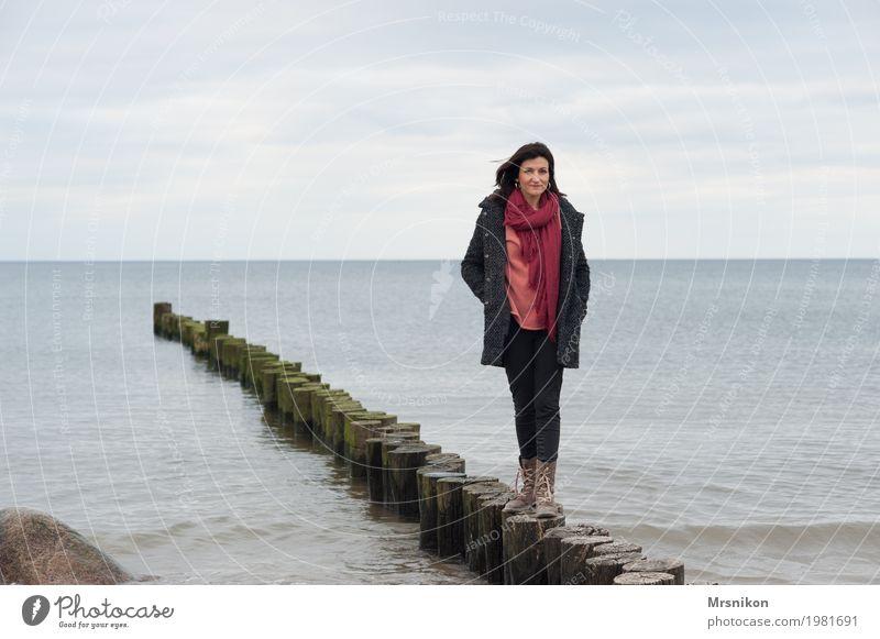 Buhne Mensch Frau Himmel Meer Erholung Einsamkeit Wolken ruhig Strand Erwachsene Leben Herbst Frühling Küste feminin lachen