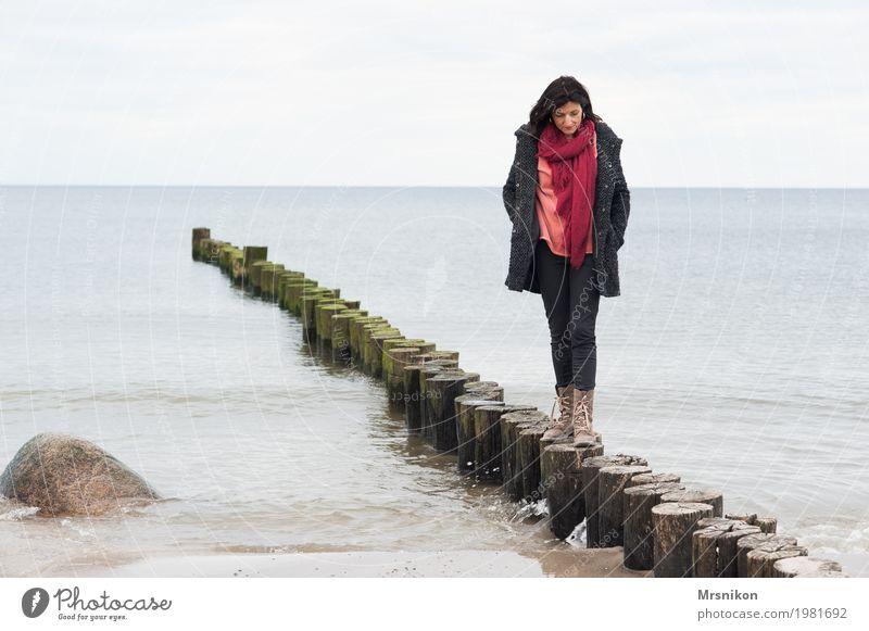 Allein Mensch Frau Himmel Erholung Einsamkeit ruhig Strand Erwachsene Leben Herbst Frühling Küste feminin Stimmung träumen Zufriedenheit