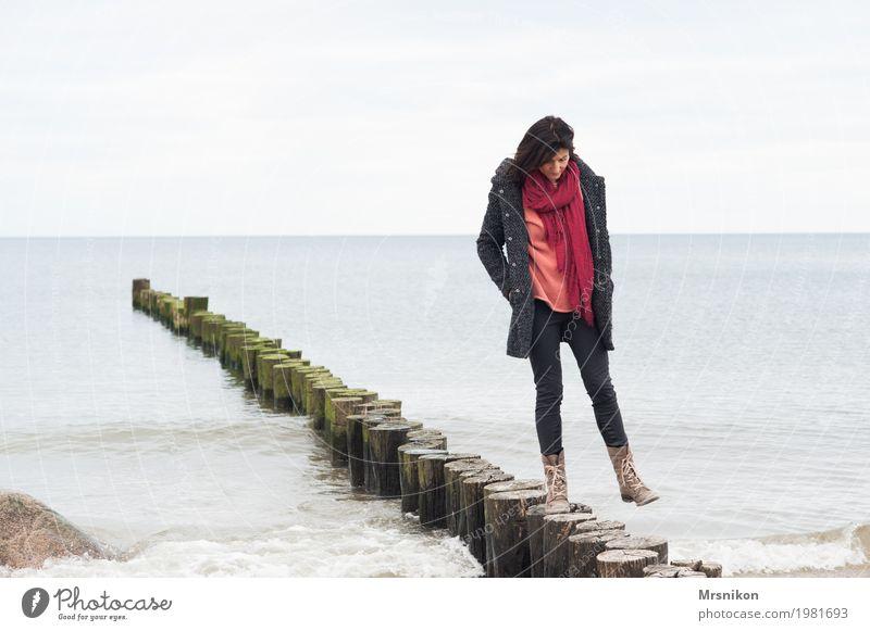 laufen Mensch Frau Himmel Wasser Meer Erholung Einsamkeit ruhig Strand Erwachsene Leben Herbst Frühling Küste feminin frei