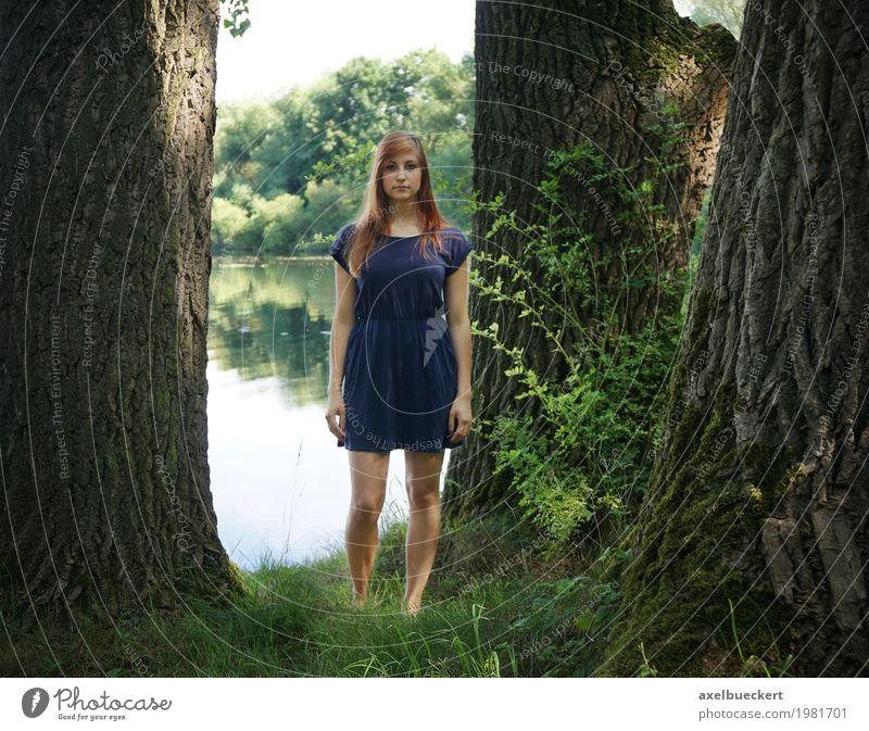 junge Frau am See zwischen Bäumen Lifestyle Freizeit & Hobby Mensch feminin Junge Frau Jugendliche Erwachsene 1 18-30 Jahre Natur Landschaft Sommer Park Teich