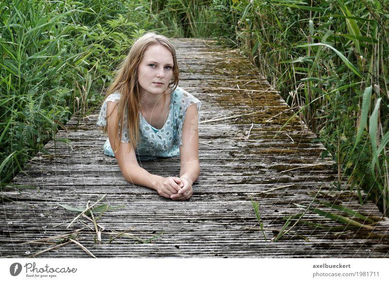 blonde junge Frau liegt auf Holzsteg Lifestyle Freizeit & Hobby Mensch feminin Junge Frau Jugendliche Erwachsene 1 18-30 Jahre Natur Kleid langhaarig Steg