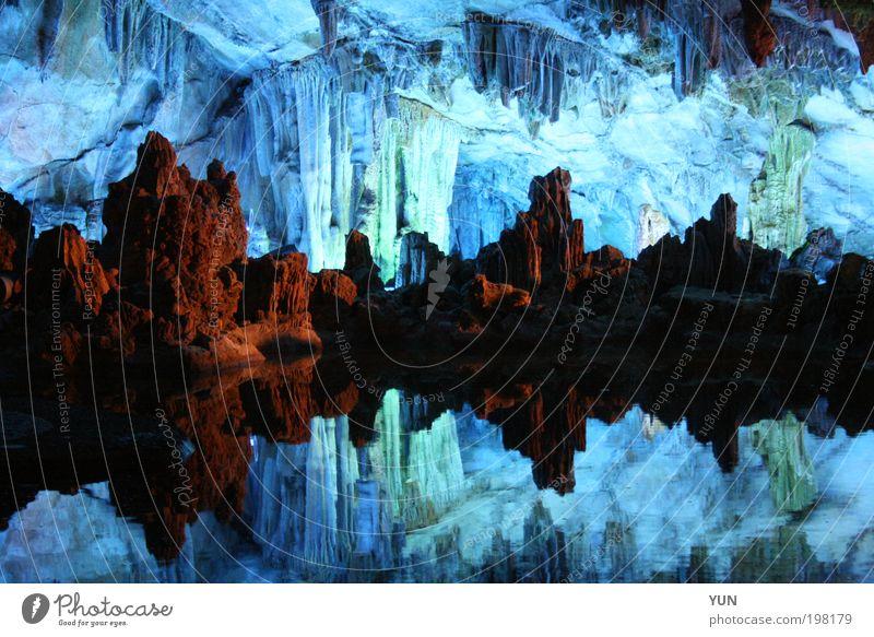 Höhlenspiegelung Tourismus Kunstwerk Urelemente See Sehenswürdigkeit Stein ästhetisch blau braun Schilfrohrflötenhöhle China Guilin Stalakmit Tropfsteine