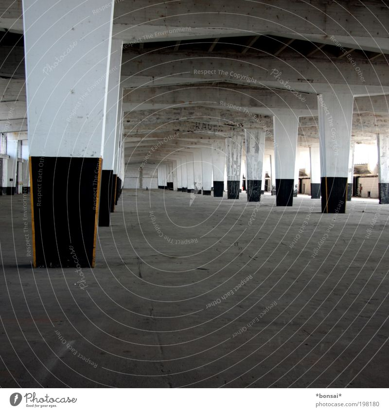 wohnst du noch? Häusliches Leben einrichten Innenarchitektur Raum Industrieanlage Gebäude Architektur Lagerhalle Mauer Wand Bodenbelag Säule Stein Beton eckig