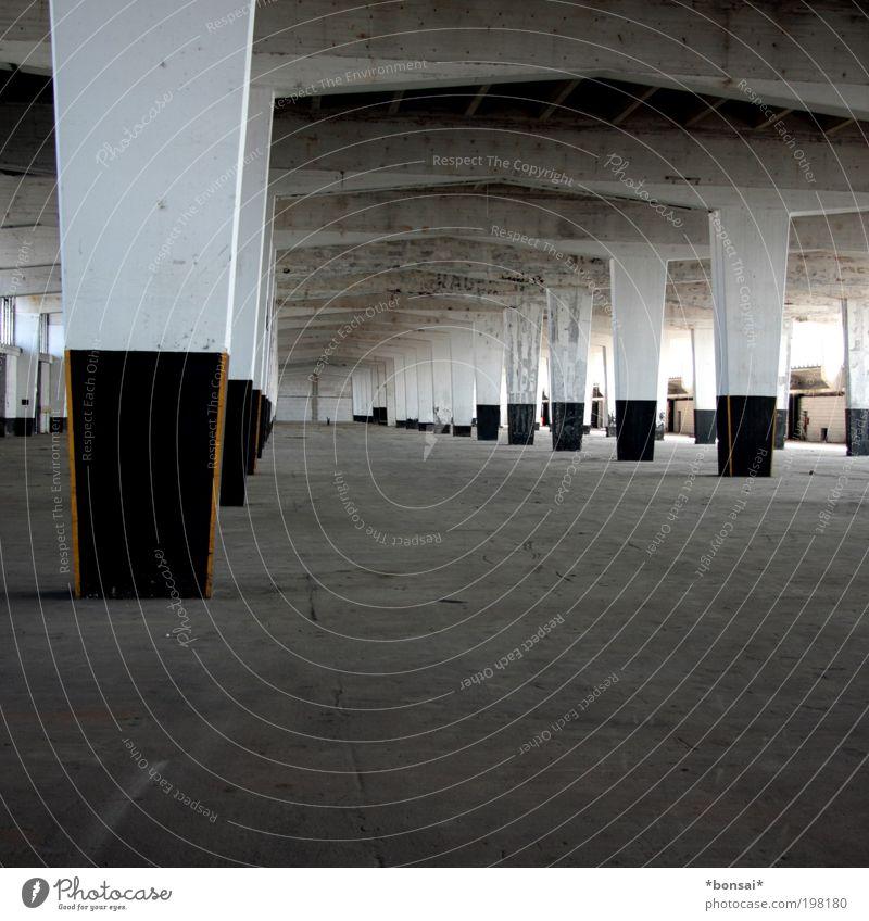 wohnst du noch? weiß schwarz Einsamkeit Ferne Wand Freiheit grau Stein Mauer Gebäude hell Raum Architektur Beton groß hoch
