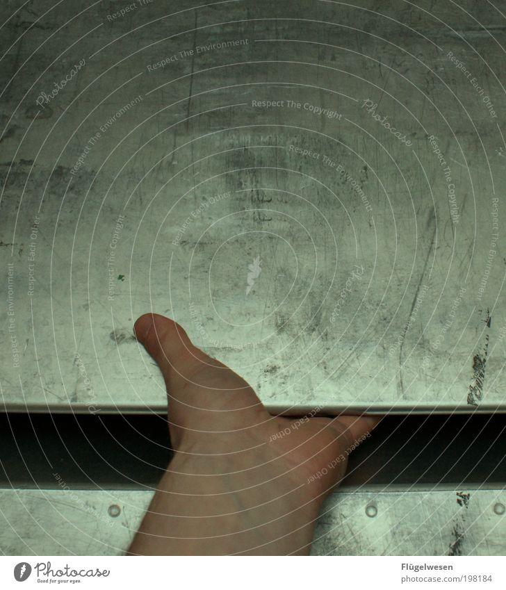 Müllschlucker Arme Hand Metall kämpfen Schmerz Sehnsucht Aktenvernichter Ende Trennung zerreißprobe verlieren Farbfoto Innenaufnahme Tag