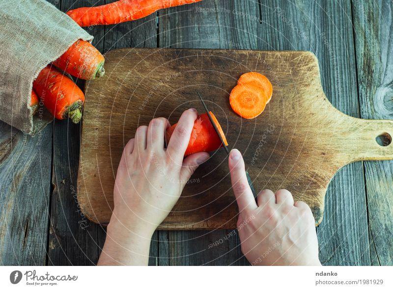 Prozess des Schneidens von Karotten auf Scheiben auf einem Küchenbrett Mensch Frau Jugendliche Hand 18-30 Jahre Speise Erwachsene Essen Holz Gesundheitswesen
