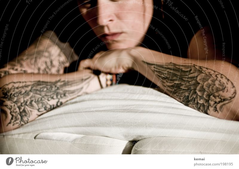 Wishful thinking Frau Mensch Hand weiß ruhig schwarz feminin träumen Traurigkeit Kunst Haut Erwachsene Arme Bett Feder liegen