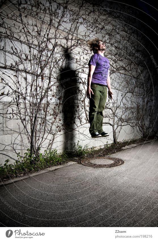 aufsteiger Stil Freizeit & Hobby maskulin Junger Mann Jugendliche 18-30 Jahre Erwachsene Umwelt Pflanze Sträucher Straße fliegen springen außergewöhnlich dunkel