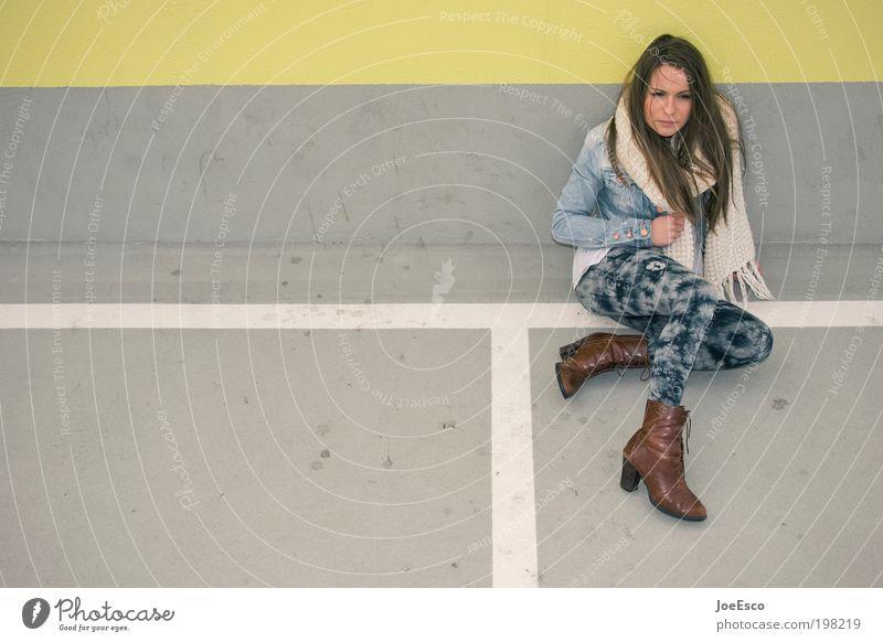 i'll wait... Lifestyle Mensch Frau Erwachsene Leben 1 Mauer Wand Mode Jacke Strumpfhose Schal Damenschuhe Haare & Frisuren brünett langhaarig Blick sitzen