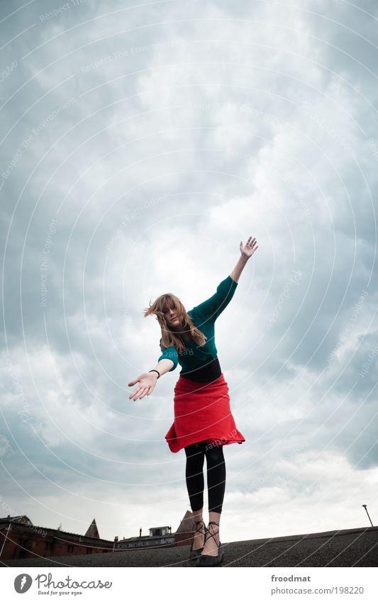 balanceakt Mensch feminin Junge Frau Jugendliche Erwachsene Wolken Gewitterwolken Klimawandel schlechtes Wetter Unwetter Wind Sturm Dach träumen gruselig