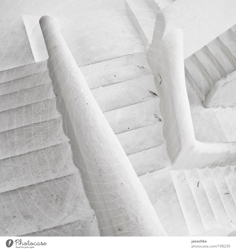 Einfach die Treppe runter weiß kalt Wege & Pfade Stein Angst Treppe verrückt bedrohlich Unendlichkeit Schwarzweißfoto Zukunftsangst chaotisch Treppengeländer Verzweiflung durcheinander Treppenhaus
