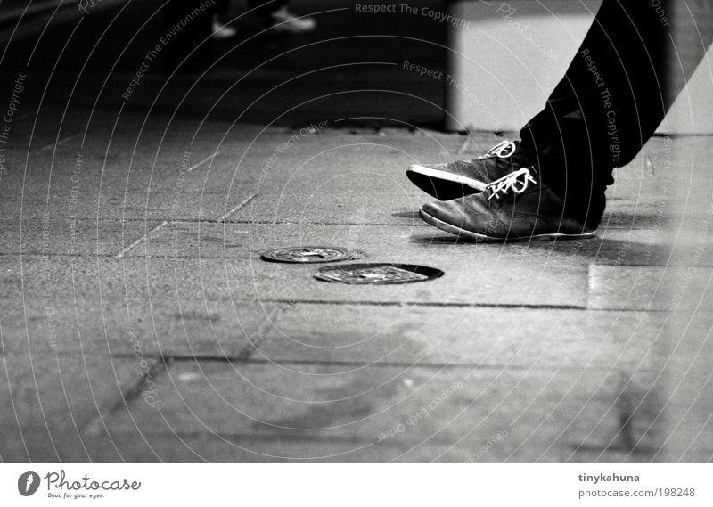 Warten... Mensch Jugendliche weiß schwarz Einsamkeit dunkel grau Beine Fuß Schuhe warten ästhetisch geduldig Schwarzweißfoto Öffentlicher Personennahverkehr androgyn