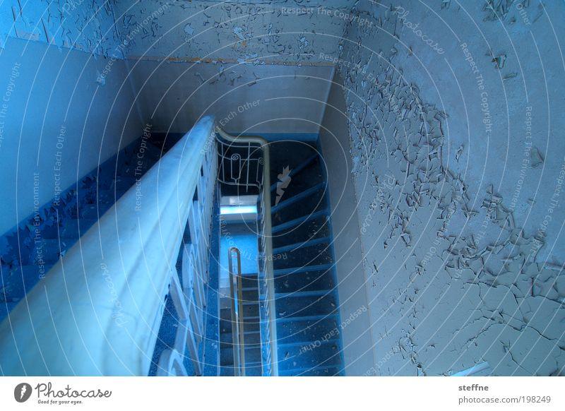 Abgang alt blau Einsamkeit Treppe Geländer Putz abwärts HDR Altbau