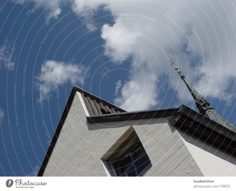 alt und neu Himmel Haus Fenster Mauer Religion & Glaube Architektur modern Dach historisch Kirchturm