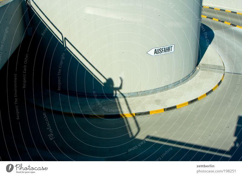 Ausfahrt Mensch Sommer Sonne Hand Beton rund Kurve Spirale winken Garage Bordsteinkante Gruß Einfahrt Serpentinen Trauerfeier