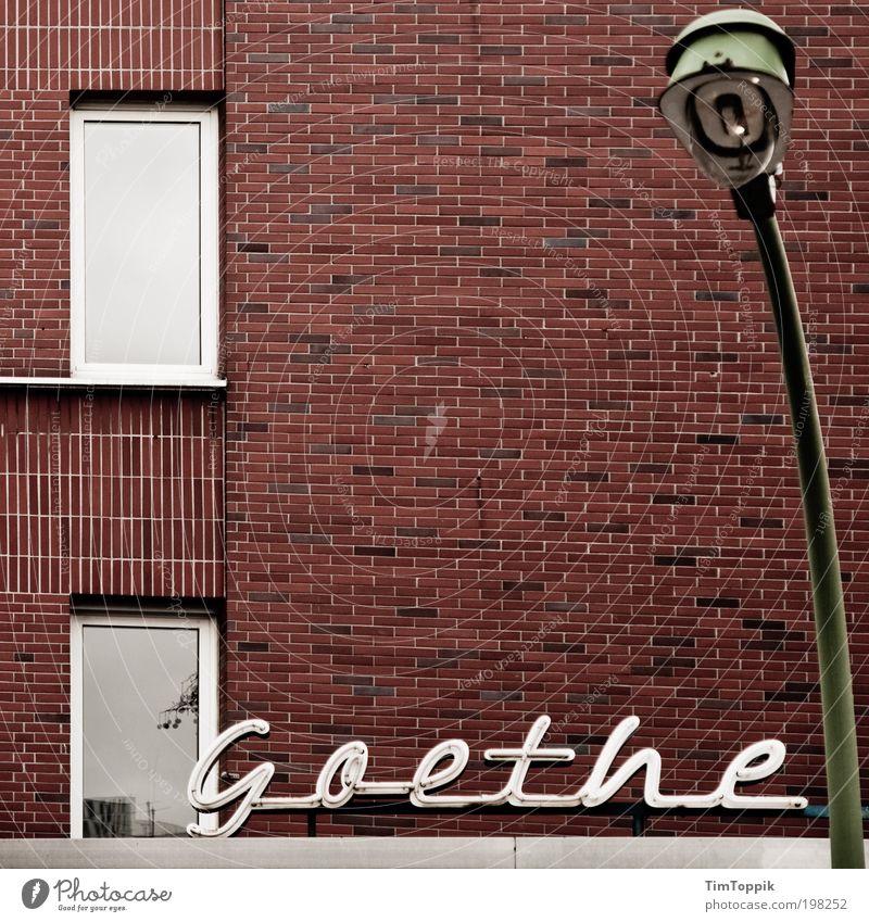 Die größte Leuchte Fenster Wand Mauer Lampe Schilder & Markierungen Laterne Typographie Wort Frankfurt am Main Beruf poetisch Leuchtreklame Hessen Laternenpfahl