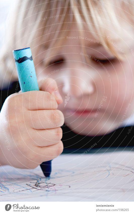 Den Himmel blau... Mensch Kind Hand Junge Zufriedenheit Papier Neugier niedlich Schreibstift zeichnen Kleinkind Zettel frech Basteln Kindererziehung