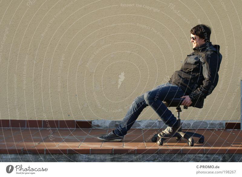 Chillen auf der Resterampe Mensch Jugendliche Freude Erwachsene Erholung Zufriedenheit Schuhe sitzen maskulin Fröhlichkeit Coolness fahren Stuhl Jeanshose