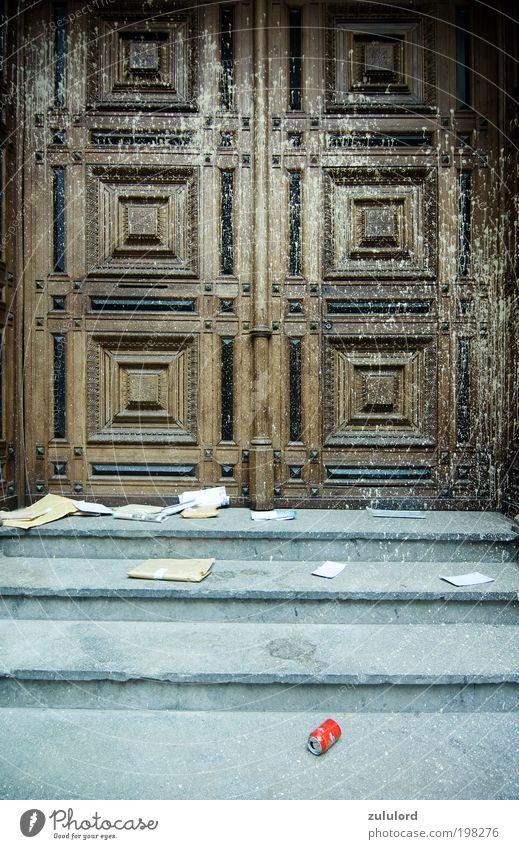 Kirchentür Haus Umwelt Tür gehen dreckig Treppe kaputt Kirche verfallen Müll Glaube Tor Ruine schäbig Fleck antik