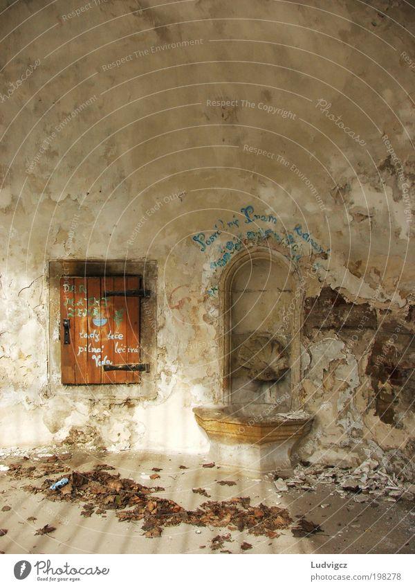 Stein Gebäude Architektur Wohnung Fassade Brunnen Zerstörung abstrakt Haus Springbrunnen beschmutzen Mehrfamilienhaus ruiniert